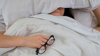vrouw ligt met blaasontsteking in bed