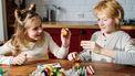 Twee kinderen die paaseieren knutselen voor pasen