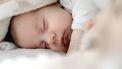 buiten slapen / slapende baby onder deken