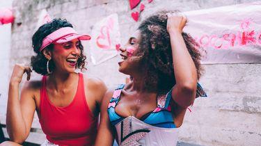 Twee vrouwen die volgens hun sterrenbeelden trouwe vriendinnen zijn