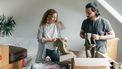 Man en vrouw pakken kleren in dozen en ontdekken de voordelen van wegdoen van kleren
