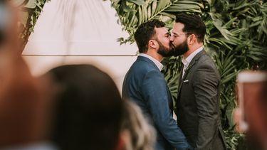 homo stel zoent elkaar