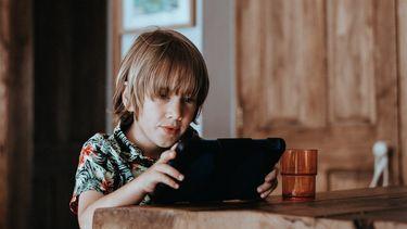 Jongetje die spel speelt op iPad