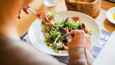 Persoon die zit te eten maar waarbij het afvallen maar niet lukt en dus tips nodig heeft