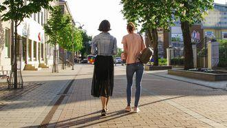 twee vrouwen op straat, afvallen met wandelen