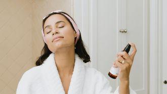 vrouw gebruikt skincare met goede ingredienten