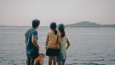 Gezin staat aan een meer in een van de meest kindvriendelijke vakantiebstemmingen