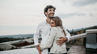 Een stelletje dat knuffelt en een goede relatie heeft