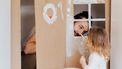 Vader en dochter spelen in zelfgemaakt kartonnen huisje