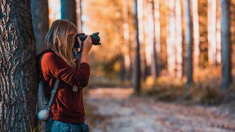 Vrouw die me-time heeft en foto's maakt in het bos in plaats van een fitgirl te worden