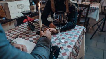 Een single ouder die weer aan het daten is in een restaurant