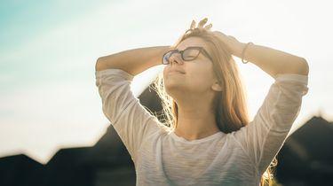 Vrouw die zich weer helemaal zen voelt nadat ze te veel stress en spanningen had in haar leven