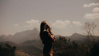vrouw is relaxt en staat met handen in prayer positie