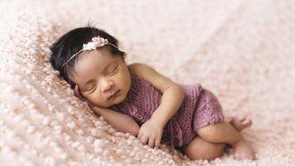 Babynamen / Baby slaapt op kleedje