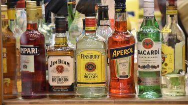 Flessen drank op een rij: waarom je met je kind het gebruik van alcohol en drugs moet bespreken