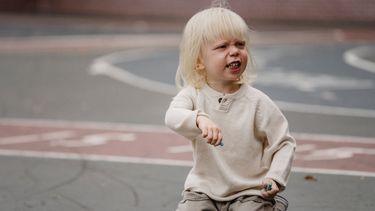 Boos kind dat aan het stoepkrijten is