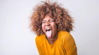 Vrouw die haar tong uitsteekt omdat ze deze vieze gewoontes van vrouwen wel erg vies vindt