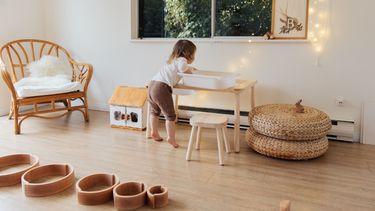 kind in de babykamer