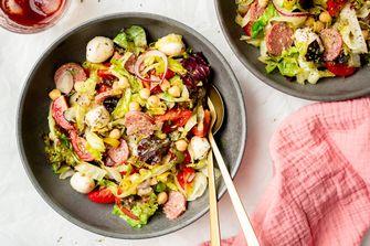 Italiaanse koolhydraatarme salade op bordje
