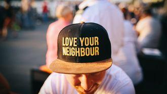 petje met tekst 'love your neigbours'