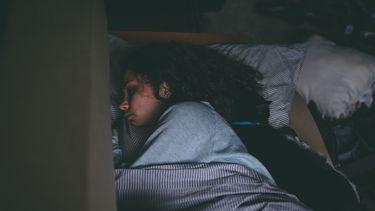 Vrouw die in bed ligt te slapen
