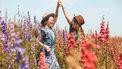 zus / twee vrouwen dansen in bloemenveld