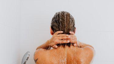 koud douchen voordelen, vrouw onder de douche