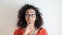 Vrouw die zich afvraagt waarom er altijd oranje-achtige vlekken in haar zwarte onderbroeken komen