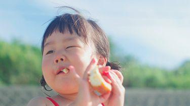 Kind dat gezonde voeding eet