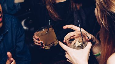 vrouwen drinken cocktails
