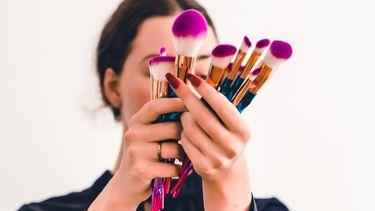 vrouw met make-up producten