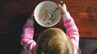 kind eet ontbijt tijdens een montessori opvoeding