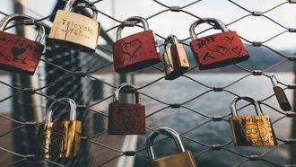 Liefdessloten aan een hek. Angst dat je minnaar je verlaat en je hart breekt