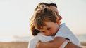 moeder houdt zoontje vast
