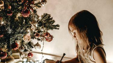 netflix / meisje naast de kerstboom
