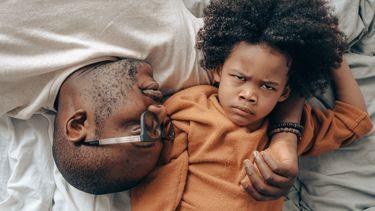 Kind dat zich ergert aan de irritante opmerkingen van ouders