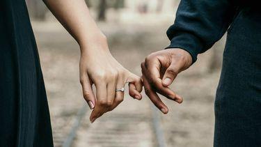 minder intimiteit met je partner / koppel houdt elkaars hand vast