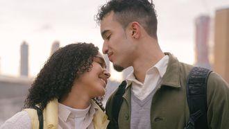 relatie / man en vrouw lachen naar elkaar
