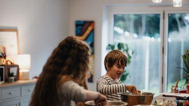 Twee kinderen die heerlijke gerechten aan het bakken zijn vanuit deze recepten met kruidnoten