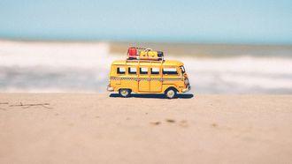 Speelgoedcampertje die op zomervakantie gaat in Europa