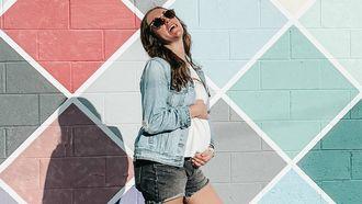 zwangere vrouwen / zwangere vrouw moet lachen geslacht baby voorspellen