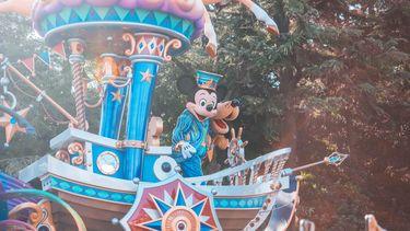 Paradewagen met Mickey Mouse waarbij je tips gebruikt om met kids naar Disneyland te gaan