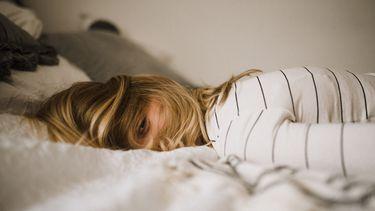 gevoel op de maandag / vrouw ligt op bed