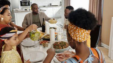 Ouders en kids die go-to gerechten aan het eten zijn, dankzij makkelijke recepten