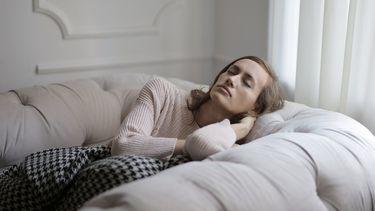 middagdutje / vrouw ligt te slapen in luie stoel