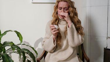 Vrouw die last heeft van allergieën in huis