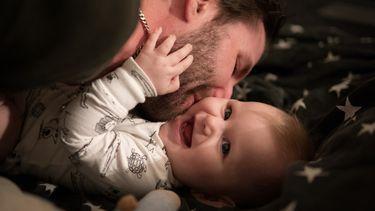 gelukkige vader met zijn baby