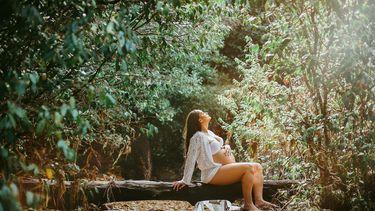 Vrouw die gaat bevallen in het wild en er een filmpje van maakte