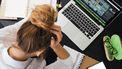 Vrouw die gestresst is door het werk en meer moet leren loslaten