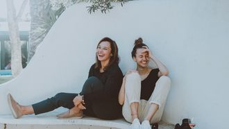 Twee vrouwen die lachen en echte vrienden zijn